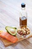 Закройте вверх бутылки еды и оливкового масла на таблице Стоковые Изображения RF