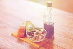 Закройте вверх бутылки еды и оливкового масла на таблице Стоковая Фотография
