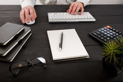 Закройте вверх бухгалтера или банкира человека делая вычисления Сбережения, финансы и концепция экономики Стоковые Изображения RF