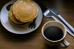 Закройте вверх блинчика и чашки черного кофе Стоковые Изображения