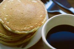 Закройте вверх блинчика и чашки черного кофе Стоковые Изображения RF