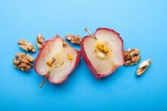 Закройте вверх вегетарианского десерта - испеченных яблок с гайками на голубой предпосылке стоковое изображение rf