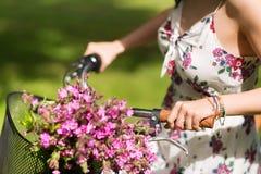 Закройте вверх велосипеда fixie катания женщины outdoors Стоковые Изображения