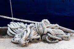 Закройте вверх веревочки перед голубой шлюпкой на азиатском порте стоковые изображения rf