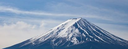 Закройте вверх верхнюю часть горы Фудзи в крышке Японии снегом стоковая фотография