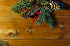 Закройте вверх ветви ели с конусами на деревянном столе Стоковое Изображение