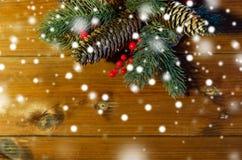 Закройте вверх ветви ели с конусами на деревянном столе Стоковое фото RF