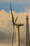Закройте вверх ветротурбины в ветровой электростанции против ясного голубого неба Стоковое Изображение RF