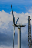Закройте вверх ветротурбины в ветровой электростанции против ясного голубого неба Стоковая Фотография