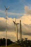 Закройте вверх ветротурбины в ветровой электростанции против ясного голубого неба Стоковые Изображения