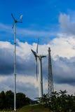 Закройте вверх ветротурбины в ветровой электростанции против ясного голубого неба Стоковые Фото