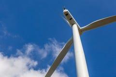 Закройте вверх ветротурбины производящ альтернативную энергию в ветре fa Стоковые Изображения