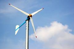 Закройте вверх ветротурбины с голубым небом. Стоковое Фото