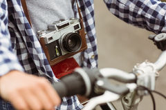 Закройте вверх велосипеда и ретро камеры Стоковое Фото