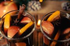 Закройте вверх вина обдумыванного рождеством с плодоовощами, свечами и spices предпосылка Питье зимы грея с ингридиентами рецепта Стоковое Фото