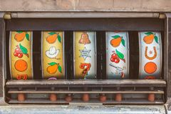 Закройте вверх винтажного торгового автомата стоковые изображения rf