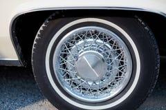 Закройте вверх винтажных колес хрома с спицами Стоковые Изображения RF