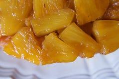 Закройте вверх вкусно caramelized ананаса на вверх ногами торте стоковые фотографии rf