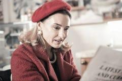 Закройте вверх внимательной женщины которая статья чтения стоковая фотография rf