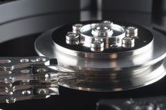 Закройте вверх внутри трудного привода (HDD) Стоковые Изображения