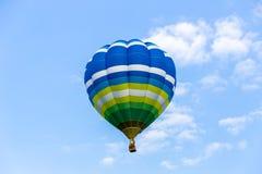 Закройте вверх воздушного шара в голубом небе Стоковая Фотография