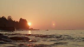 Закройте вверх волн реки на заходе солнца под оранжевым небом на летнем времени сток-видео
