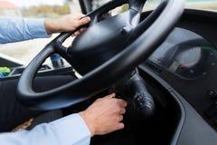 Закройте вверх водителя начиная шину стоковое фото rf
