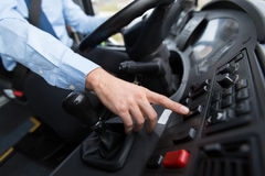 Закройте вверх водителя управляя шиной пассажира стоковое изображение