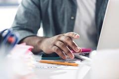 Закройте вверх вскользь бизнесмена работая на компьтер-книжке на современном офисе Стоковые Фото