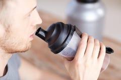 Закройте вверх встряхивания протеина человека выпивая Стоковое Изображение RF