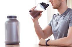 Закройте вверх встряхивания протеина человека выпивая Стоковые Фото