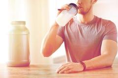 Закройте вверх встряхивания протеина человека выпивая Стоковое фото RF