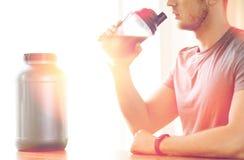 Закройте вверх встряхивания протеина человека выпивая Стоковое Фото