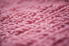 Закройте вверх вязать пакостн-розовую текстурированную предпосылку шерстей, винтажный стиль Стоковая Фотография RF