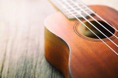 Закройте вверх гавайской гитары на старой древесине Стоковые Изображения RF
