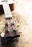 Закройте вверх гавайской гитары на старой текстурированной древесине Стоковые Фотографии RF