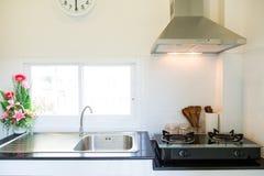 Закройте вверх газовой плиты в комнате кухни Современный интерьер кухни, строя интерьер Стоковое Фото