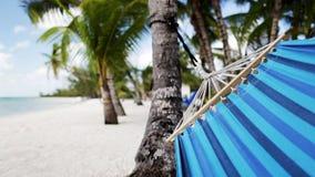 Закройте вверх гамака отбрасывая на тропическом пляже видеоматериал