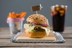 Закройте вверх гамбургера с французскими фраями и выпейте в предпосылке Стоковые Фото