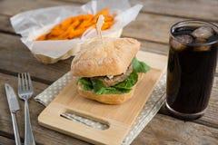 Закройте вверх гамбургера с французскими фраями и выпейте Стоковое фото RF