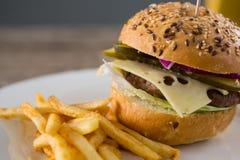 Закройте вверх гамбургера с французскими фраями Стоковое Фото