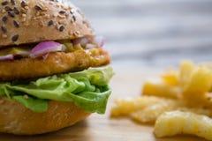 Закройте вверх гамбургера французскими фраями Стоковое Фото