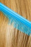 Закройте вверх голубого гребня в белокурых волосах Стоковая Фотография