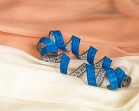 Закройте вверх голубой переплетенной рулетки на сливк и бежевом Тюль w стоковые изображения