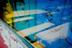 Закройте вверх голубых старых ядровых ретро коробок дикторов за vitrine окна магазина Стоковые Изображения