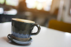 Закройте вверх горячего капучино на таблице на кафе Стоковое Изображение