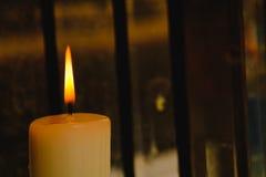 Закройте вверх горящего пламени свечи Стоковые Изображения