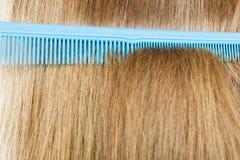 Закройте вверх голубого гребня в белокурых волосах Стоковые Изображения RF