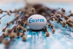 Закройте вверх голубого пасхального яйца на голубой деревянной предпосылке карточка пасха счастливая Стоковые Фотографии RF