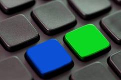 Закройте вверх голубых и зеленых пустых ключей Стоковые Изображения